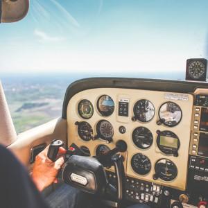 руки летчика за штурвалом, приборная доска, виден горизонт
