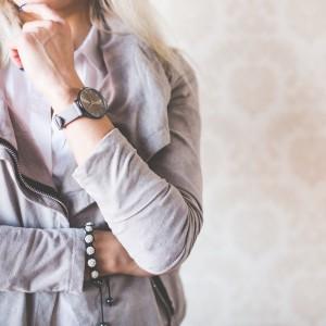 девушка в модной позе с серыми часами на руке