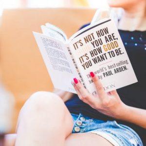 девушка читает бестселлер
