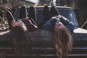 девушки на багажнике автомобиля